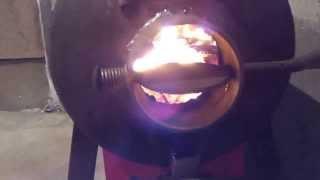 печка буржуйка из газовых баллонов(Вот я запустил наконец свою печь,и по чесноку доволен,сжигаю в ней все подряд,и она реально греет лучше чем..., 2014-01-29T04:31:56.000Z)