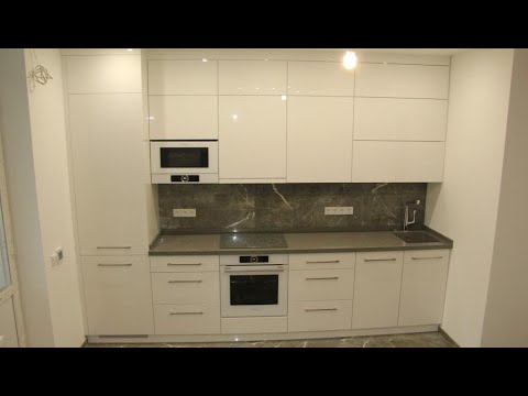 Встроенная кухня акрил. Акриловая белая кухня до потолка. Фасады белый глянец. Столешница кварц.