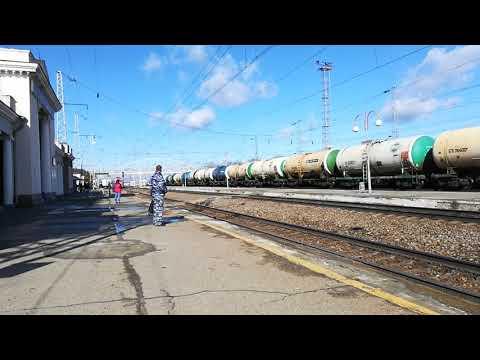 ЭП1-085 со скорым поездом №368 Киров-Кисловодск прибывает на станцию Невинномысск.