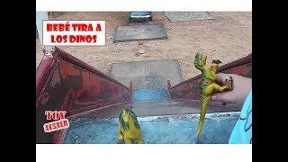 Bebé Humano tira a Dino y Claudio por el tobogán   Vídeos de dinosaurios de juguete para niños