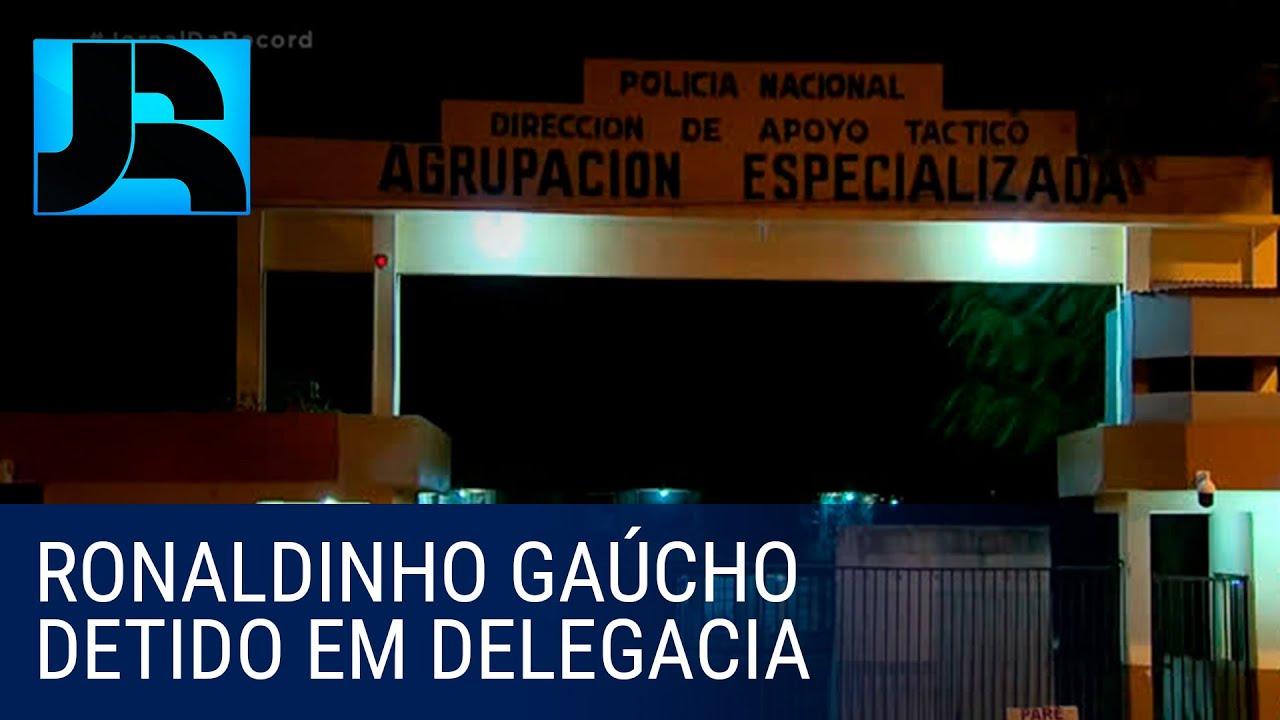 Ronaldinho Gaúcho e irmão estão detidos em sala de delegacia no Paraguai
