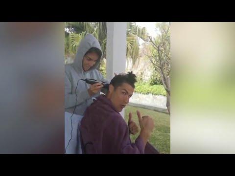Coronavirus, stare a casa con stile: Georgina taglia i capelli a Ronaldo