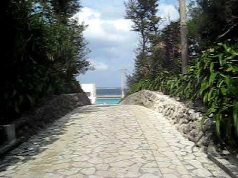 水納島の海へと向かう石畳の道。