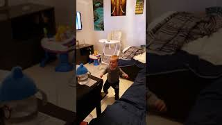 Mihaita bate toba - dancing toddler 🕺🕺🕺