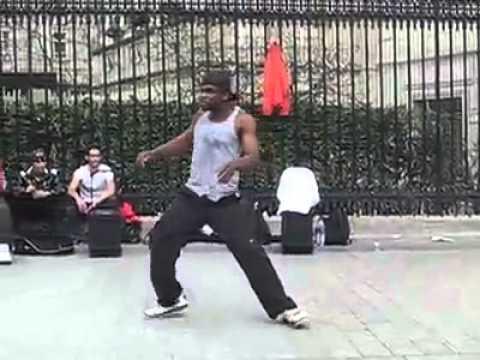 Уличный танец негра в париже