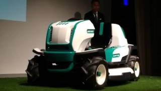 オーレックが発表した新しい乗用草刈機の除幕式
