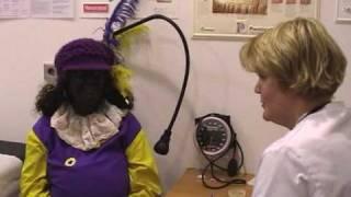 Zwarte Pieten Carlos en Petronella bezoeken dokter Toppers Deel2