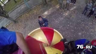 Девочка застряла на детской горке