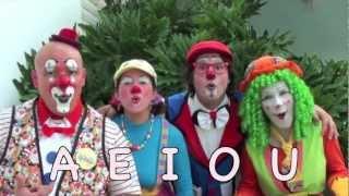 Repeat youtube video Las vocales AEIOU, para niños, por los Payasos Agapita y sus amigos