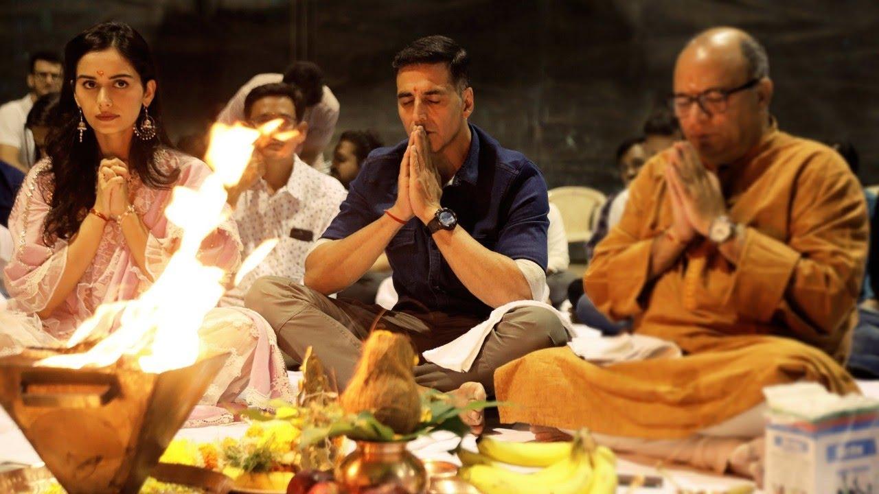 Akshay Kumar Doing Puja with manushi Chillar for Prithviraj Muhurat Shoot    Rani Mukherjee and Other - YouTube