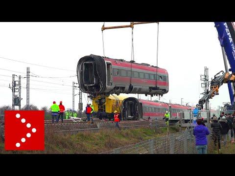 Treno AV, rimosso primo vagone: sollevato e messo su un camion