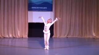 Олененок. Маленькая девочка танцует на сцене в Сочи. Красивый Национальный костюм.