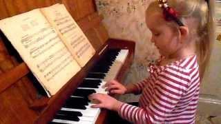 Катя играет на фортепиано... Первые уроки...