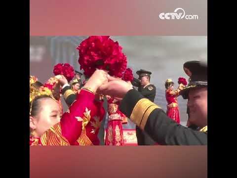 Военнослужащие ракетных войск НОАК провели коллективную свадьбу в «День холостяков» CCTV Русский