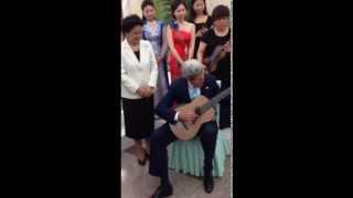 Ngoại trưởng Mỹ chơi đàn guitar