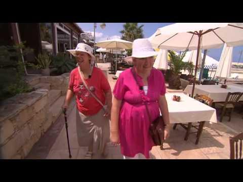 I en anden del af Danmark - Lillie og Lillian kigger på mænd
