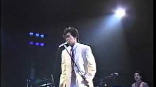 デビュー曲「ハートブレイカーは踊れない」のB面の楽曲。新宿厚生年金会...