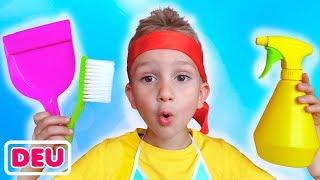 Vlad und Nikita spielen mit Reinigungsspielzeug und helfen ihrer Mama
