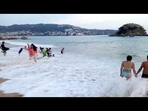 Caminando por la Playa de Acapulco en un hermoso atardecer