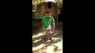 Парень прикольно танцует для жены