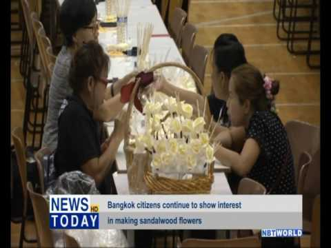 Bangkok citizens continue to show interest in making sandalwood flowers