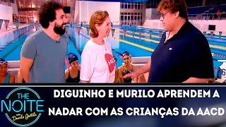 Baixar Diguinho e Murilo Couto aprendem a nadar com as crianças da AACD | The noite (08/11/18)