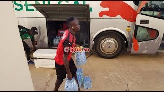 Galop des Lions : quand Sadio Mané décide de porter des packs d'eau pour soutenir les intendants