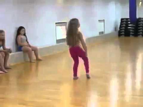 رقص طفله بس خبره روووعه thumbnail