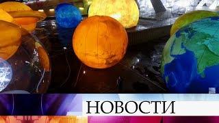 Смотреть видео Москва, Санкт-Петербург и Казань основательно подготовились к предстоящим новогодним праздникам. онлайн