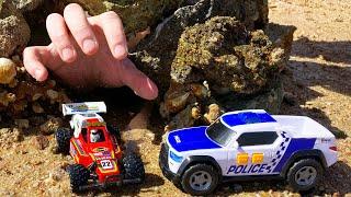 Тимур играет в машинки игрушки и спасает машинку из пещеры Полицейская Машинка