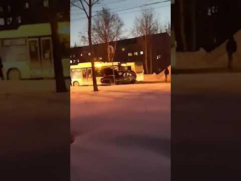 Кроссовер, седан и три пассажирских автобуса столкнулись в Южно-Сахалинске