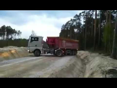 Tài xế xe container quay đầu trên đường hẹp