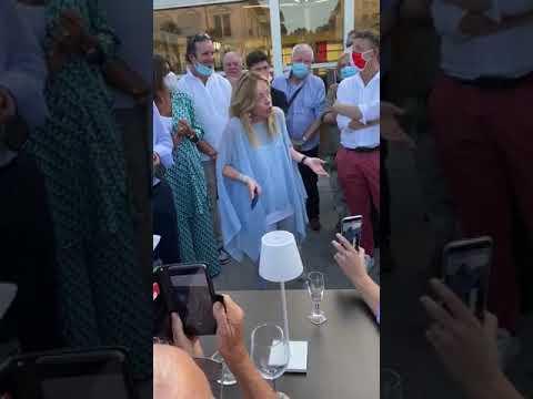 Giorgia Meloni: Incontro improvvisato coi cittadini a Viareggio