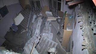Потолок обрушился на диван с людьми