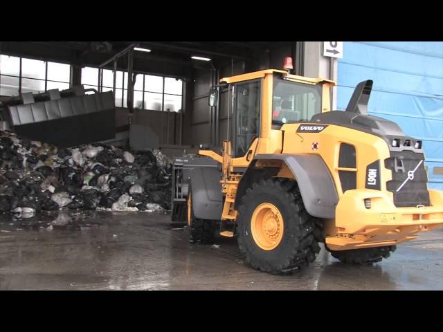 Una pala gommata Volvo CE L90H al lavoro per la movimentazione rifiuti