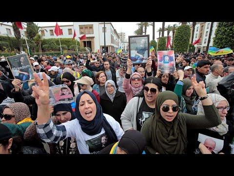 شاهد: آلاف المغاربة يتظاهرون بالرباط للمطالبة بالإفراج عن معتقلي حراك الريف …  - نشر قبل 19 ساعة