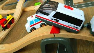 Поезд Барьер и Скорая помощь Видео для детей про игрушки машинки Мультик Город Машинок 325 серия
