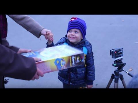 Детям дарят подарки