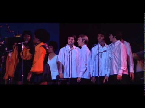 Elvis presley entering the stage with Thats alright song.wmv