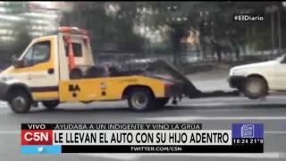 La grúa le llevó el auto con su hijo adentro