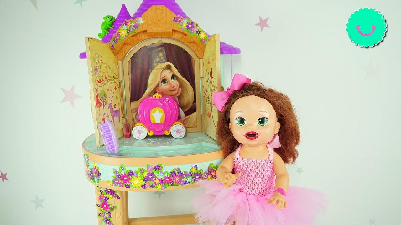 Sara juega en el tocador de Rapunzel - MakeUp Kids toys
