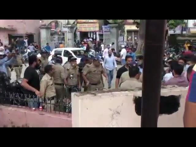 डीएवी पीजी कॉलेज में पुलिस ने किया लाठीचार्ज
