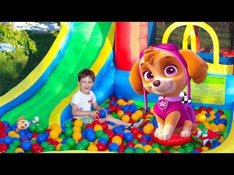 Тёма и детская площадка с игрушками Щенячий патруль играет в прятки