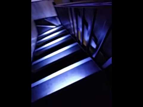 escalier avec d tecteur de mouvements youtube. Black Bedroom Furniture Sets. Home Design Ideas