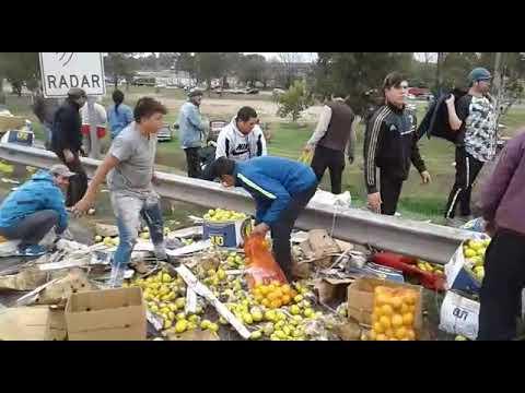 Volcó un camión cargado con 30 mil kilos de limones