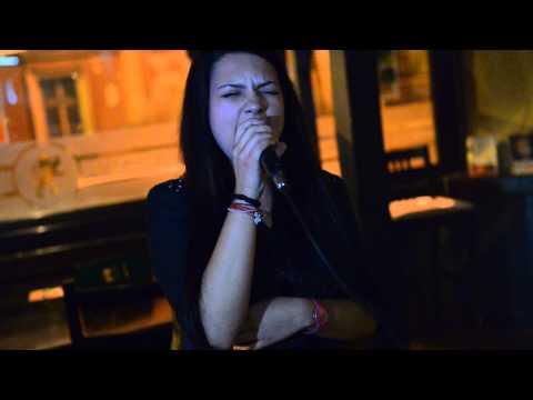 Andreea Demeny castigatoarea concursului de Karaoke la British Pub Brasov