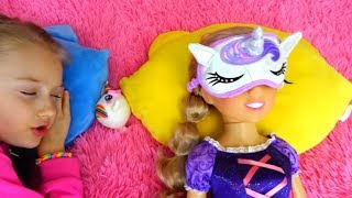Polina está educando a su muñeca y está jugando con unos juguetes nuevos.