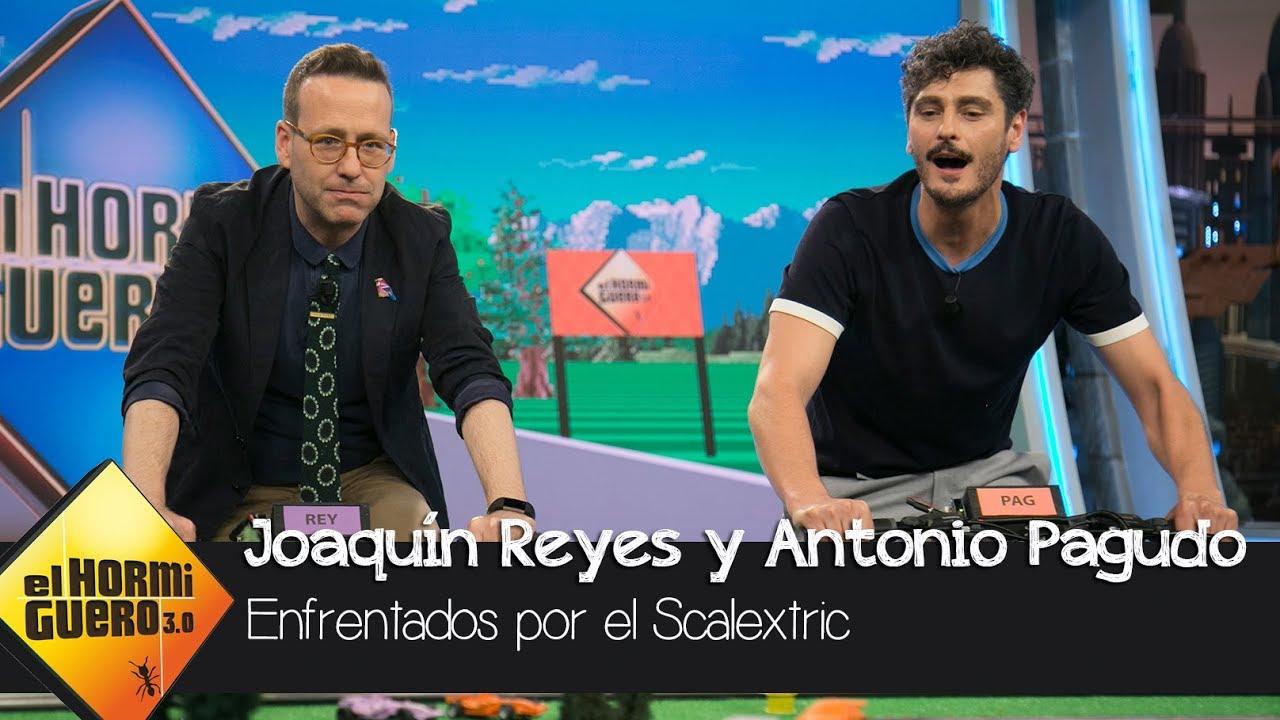 """Joaquín Reyes y Antonio Pagudo compiten en el """"scalextric a pedales"""" de Marron - El Hormiguero 3.0"""