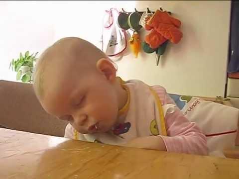 Bayi tertidur sambil makan apel