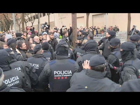 Momentos de tensión entre manifestantes y Mossos por el traslado de las obras de Sijena a Aragón